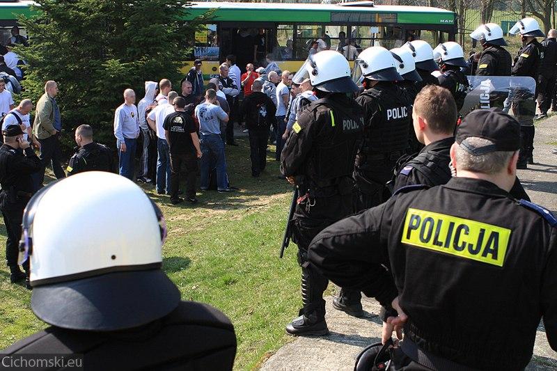 Kibice Zagłebia pod okiem Policjantów