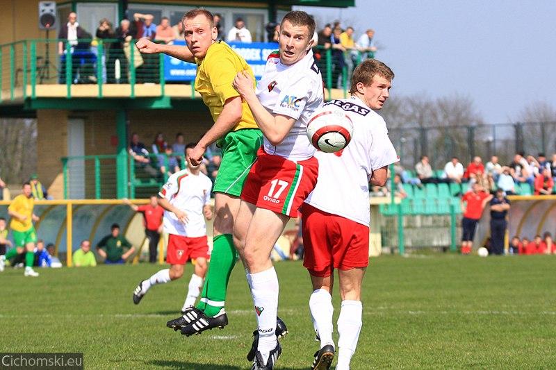 Kamil Bieniek walczy o piłkę