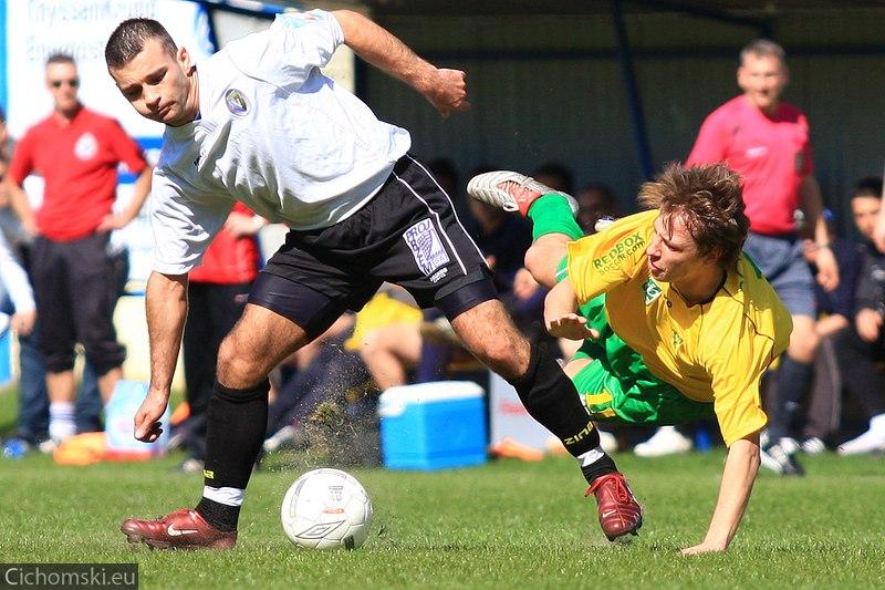 Piotr Dutkiewicz walczy o piłkę